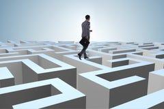 Homme d'affaires essayant de s'échapper du labyrinthe photographie stock
