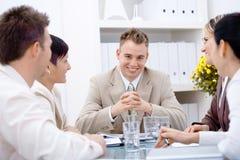 Homme d'affaires et équipe au bureau images libres de droits