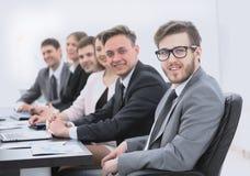 Homme d'affaires et équipe d'affaires sur le lieu de travail Photographie stock libre de droits