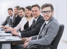 Homme d'affaires et équipe d'affaires sur le lieu de travail Image libre de droits