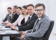 Homme d'affaires et équipe d'affaires sur le lieu de travail Images stock