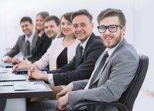 Homme d'affaires et équipe d'affaires sur le lieu de travail Photos libres de droits