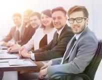 Homme d'affaires et équipe d'affaires sur le lieu de travail Image stock