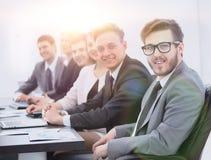 Homme d'affaires et équipe d'affaires sur le lieu de travail Photos stock