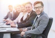 Homme d'affaires et équipe d'affaires sur le lieu de travail Photo stock