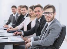 Homme d'affaires et équipe d'affaires sur le lieu de travail Photo libre de droits
