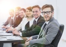 Homme d'affaires et équipe d'affaires sur le lieu de travail Photographie stock