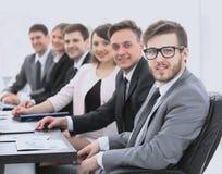 Homme d'affaires et équipe d'affaires sur le lieu de travail Images libres de droits