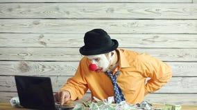 Homme d'affaires et argent de clown banque de vidéos