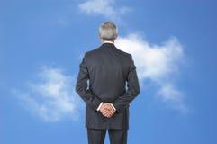 Homme d'affaires et ciel nuageux bleu Photos stock