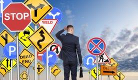 Homme d'affaires et difficulté de choisi la manière correcte image stock
