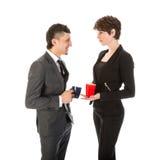 Homme d'affaires et femme ayant une coupure avec une tasse de café Photos libres de droits