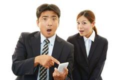 Homme d'affaires et femme d'affaires étonnés Image stock