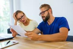 Homme d'affaires et femme d'affaires analysant quelques documents Business photographie stock