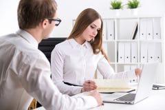 Homme d'affaires et femme d'affaires au travail Photos stock