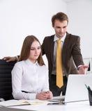 Homme d'affaires et femme d'affaires au travail Photo libre de droits