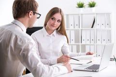 Homme d'affaires et femme d'affaires au travail Photo stock