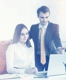Homme d'affaires et femme d'affaires au travail Photographie stock libre de droits
