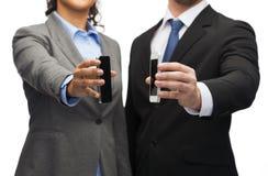 Homme d'affaires et femme d'affaires avec des smartphones Photographie stock