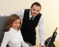 Homme d'affaires et femme d'affaires avec l'ordinateur Images libres de droits