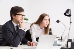 homme d'affaires et femme d'affaires dans le bureau Image libre de droits