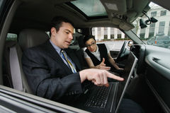 Homme d'affaires et femme d'affaires dans un véhicule Photos libres de droits