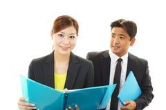 Homme d'affaires et femme d'affaires discutant des plans Photo stock