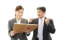 Homme d'affaires et femme d'affaires discutant des plans Images stock
