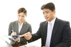 Homme d'affaires et femme d'affaires discutant des plans Photos stock