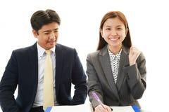 Homme d'affaires et femme d'affaires discutant des plans Photographie stock libre de droits