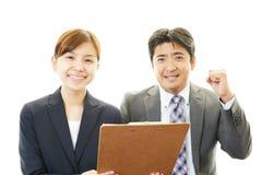 Homme d'affaires et femme d'affaires discutant des plans Photo libre de droits