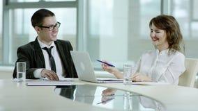Homme d'affaires et femme d'affaires discutant le projet banque de vidéos