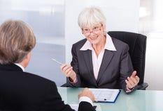 Homme d'affaires et femme d'affaires lors de la réunion Photo libre de droits