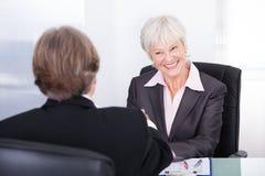 Homme d'affaires et femme d'affaires lors de la réunion Image stock