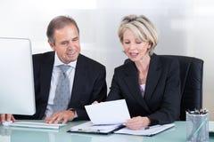 Homme d'affaires et femme d'affaires mûrs au travail Photos stock