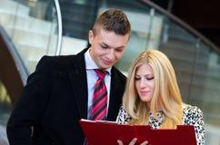 Homme d'affaires et femme d'affaires parlant au-dessus des documents Photo libre de droits