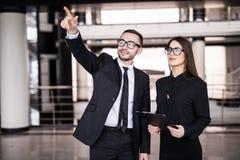 Homme d'affaires et femme d'affaires recherchant à l'arrière-plan de bureau Images stock