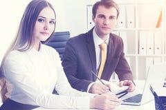 Homme d'affaires et femme d'affaires sérieux au travail Image stock