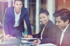 Homme d'affaires et femme d'affaires s'asseyant lors de la réunion dans la salle de conférence Image stock