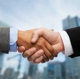 Homme d'affaires et femme d'affaires se serrant la main Photo stock