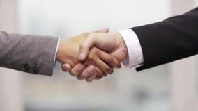 Homme d'affaires et femme d'affaires se serrant la main banque de vidéos