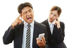 Homme d'affaires et femme d'affaires soumis à une contrainte Image stock