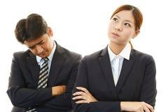 Homme d'affaires et femme d'affaires soumis à une contrainte Photographie stock libre de droits
