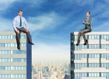 Homme d'affaires et femme d'affaires sur les bâtiments Image stock