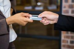 Homme d'affaires et femme d'affaires tenant une carte de crédit Photos libres de droits