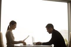 Homme d'affaires et femme d'affaires travaillant ensemble au bureau avec de la La image stock