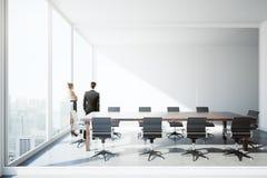 Homme d'affaires et femme dans la salle de conférence Photos libres de droits
