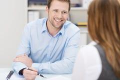 Homme d'affaires et femme lors d'une réunion Photo stock