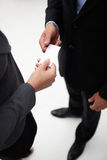 Homme d'affaires et femme permutant une carte de visite professionnelle de visite Images stock