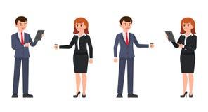 Homme d'affaires et femme d'affaires se tenant avec le comprimé et le café Illustration de vecteur des personnages de dessin anim illustration stock